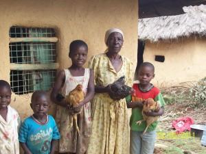 Evaline und einige Waisen um die sie sich kümmert