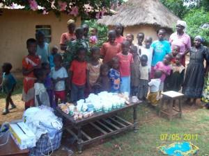 Ein Mitglied von T.o.m. hat Kleidung, Saft und Kuchen für die Waisen gespendet.