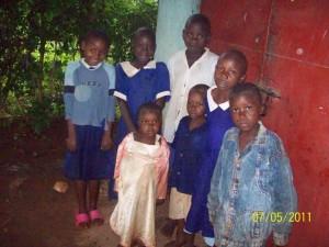 Sieben Waisen, die neue Uniformen bekamen.