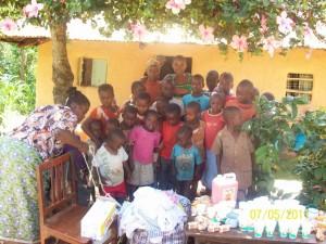 Waisen, die kamen um den Welt-Waisen-Tag zu feiern